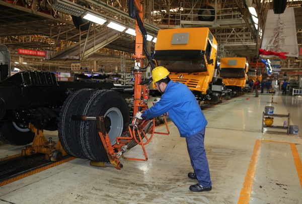 A worker assembles tyres at the general assembly plant of Shaanxi Automoble Group Co., Ltd in Xi'an, capital of northwest China's Shaanxi Province, Dec. 2, 2015. China's economy grew by 6.9 percent in 2015. (Xinhua=newsis)