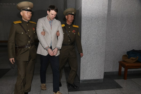 An American university student Otto Frederick Warmbier (center) is escorted at the Supreme Court in Pyeongyang. He was given 15 years' hard labor. (Shinhwa=Newsis)