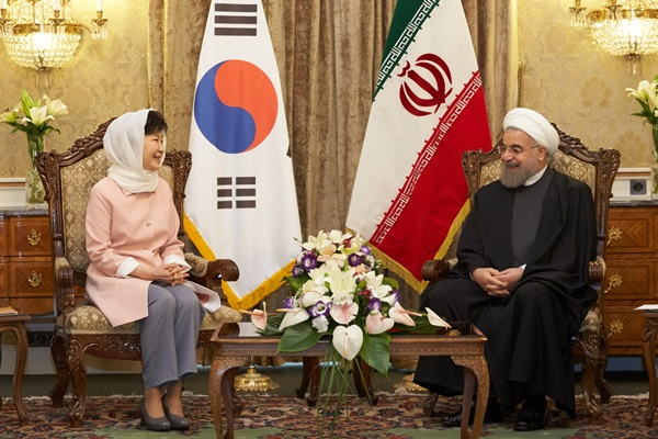 President Park Geun-hye holds a joint press conference with Iranian President Hassan Rouhani at the Sa'dabad Palace in Tehran on May 2 during her three-day state visit to Iran. (Newsis) park7691@newsis.com