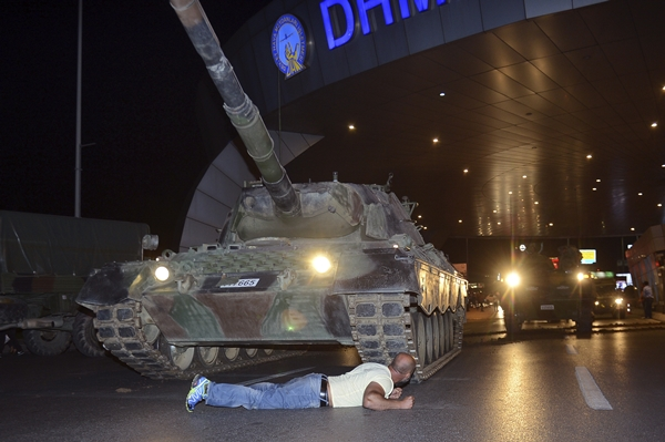 A man lies in defiance in front of a military tank at Istanbul's Ataturk International Airport in the early morning hours of July 16 (local time). (AP=Newsis)