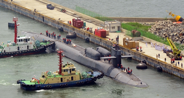The USS Ohio (SSGN 726) with a submerged displacement of 18,750 tons, the U.S. Navy's largest nuclear submarine, arrives at the Republic of Korea (ROK) Feet base in Nam-gu, Busan, on August 13. (Newsis)