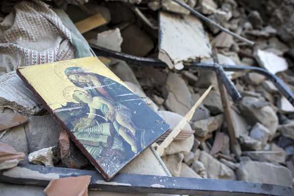 A picture of the Virgin Mary lies amidst debris of a collapsed building in the mountainous town of Amatrice, central Italy, which suffered immense damage in a massive earthquake on August 24 (local time). (AP=Newsis)
