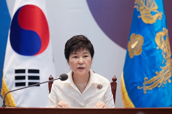 Pesident Park Geun-hye reviews the state of national securitiy at a meeting about North Korea's fifth nuclear test. (Provided by the Blue House/ Newsis)