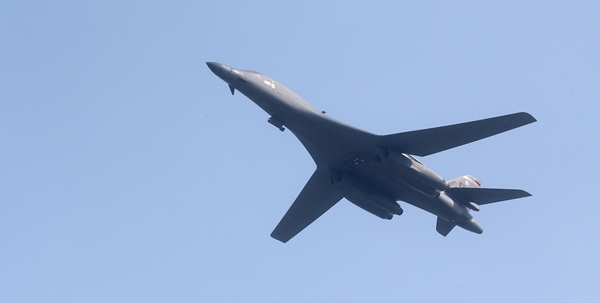 A US B-1B Lancer bomber from Guam Air Base flies over Osan Air Base, South Korea in the morning, on September 13.(Newsis)