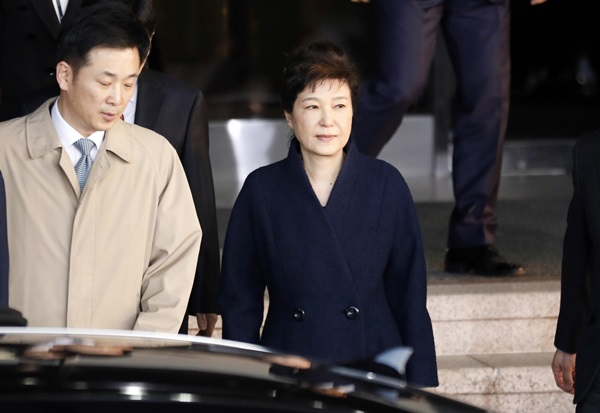 South Korea's ousted leader Park Geun-hye, right, leaves a prosecutor's office in Seoul, South Korea Wednesday, March 22, 2017. (Kim Hong-ji/Pool Photo via AP=newsis)
