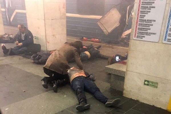 Blast victims lie near a subway train hit by a explosion at the Tekhnologichesky Institut subway station in St.Petersburg, Russia, Monday, April 3, 2017. The subway in the Russian city of St. Petersburg is reporting that several people have been injured in an explosion on a subway train. (AP Photo/www.vk.com/spb_today via AP=newsis)