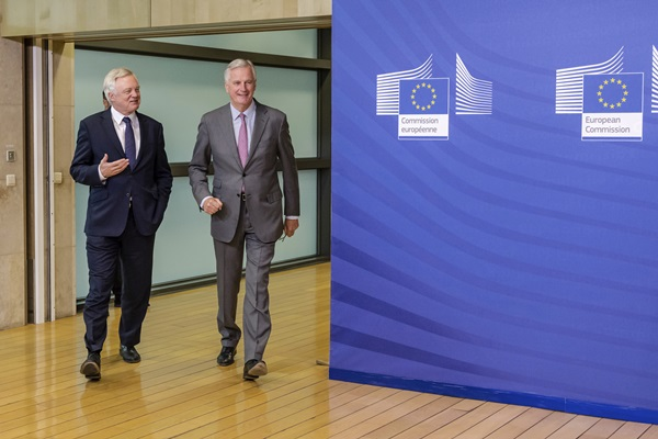 EU chief Brexit negotiator Michel Barnier, right, walks with British Secretary of State David Davis for a meeting at the EU headquarters in Brussels, Monday July 17, 2017. (AP Photo/Geert Vanden Wijngaert=newsis)