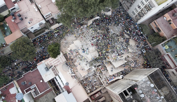 Rescue workers and volunteers search for survivors on a collapsed building the Del Valle neighborhood in Mexico City, Tuesday Sept. 19, 2017. A magnitude 7.1 earthquake has stunned central Mexico, killing more than 100 people as buildings collapsed in plumes of dust. (AP=Newsis)