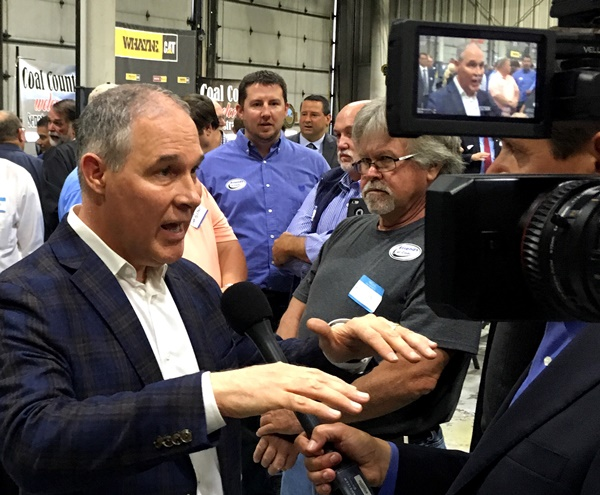 EPA Administrator Scott Pruitt, talks to a reporter after speaking at Whayne Supply in Hazard, Ky, Monday, Oct. 9, 2017.  Pruitt says the Trump administration will abandon the Obama-era clean power plan aimed at reducing global warming. (AP=Newsis)