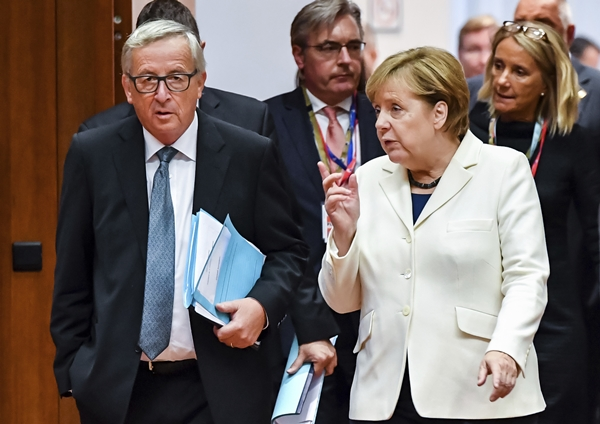 German Chancellor Angela Merkel, right, speaks with European Commission President Jean-Claude Juncker during a round table meeting at an EU summit in Brussels on Friday, Oct. 20, 2017. European Union leaders gathered Friday to weigh progress in negotiations on Britain's departure from their club as they look for new ways to speed up the painfully slow moving process. (AP Photo/Geert Vanden Wijngaert=Newsis)