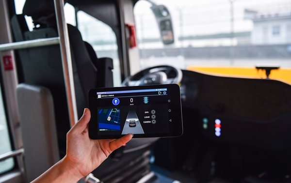 (171202) -- SHENZHEN, Dec. 2, 2017 (Xinhua) -- A technician shows the monitoring equipment of self-driving buses in Shenzhen, south China's Guangdong Province, Nov. 30, 2017.  Four self-driving buses began trial operations Saturday in south China's Shenzhen, a city known for its high concentration of hi-tech companies. The smart buses, which are smaller than an ordinary bus, began running on a 1.2-kilometer route with three stops in the bonded zone of Futian. The buses have a designed speed of 10 to 30 kph. Equipped with lidar censors, cameras, and GPS antenna, the buses can avoid hitting pedestrians, vehicles and barriers, safely change lanes and stop at designated sites. (Xinhua/Mao Siqian=Newsis)