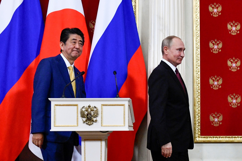 Russian President Vladimir Putin, right, and Japanese Prime Minister Shinzo Abe, leave their joint news conference following the talks in the Kremlin in Moscow, Russia, Tuesday, Jan. 22, 2019. The Kremlin talks focused on a decades-long territorial dispute between the two nations. (Alexander Nemenov/Pool Photo via AP=newsis)
