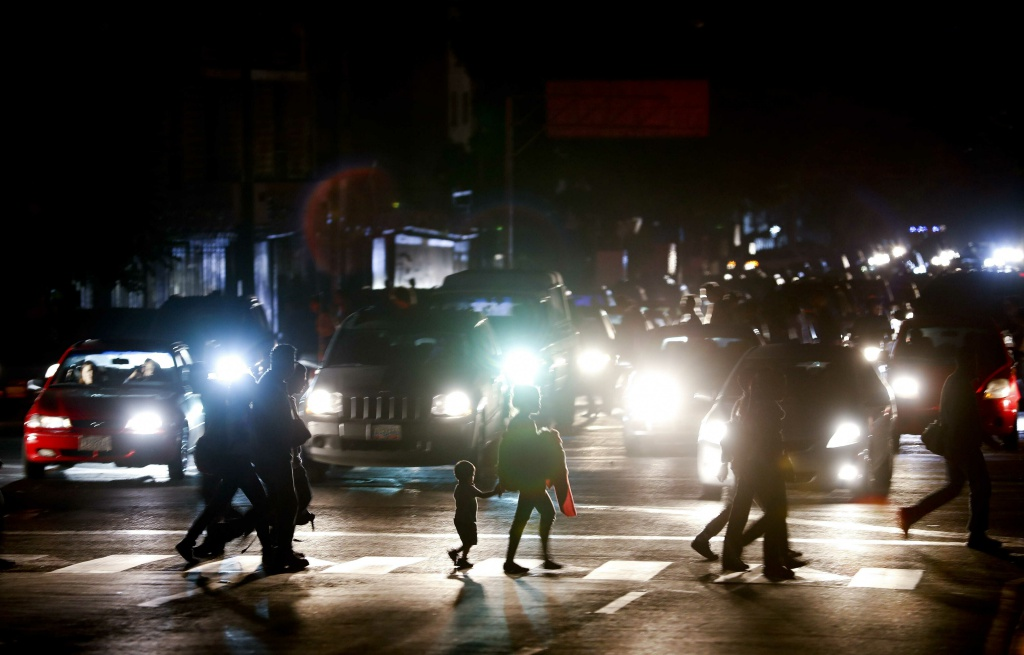 People walking along an avenue after a partial power outage in the country, Caracas, Venezuela, Thursday, March 7, 2019.  A power outage left much of Venezuela in the dark early Thursday evening in what appeared to be one of the largest blackouts yet in a country where power failures have become increasingly common. Crowds of commuters in capital city Caracas were walking home after metro service ground to a halt and traffic snarled as cars struggled to navigate intersections where stoplights were out. (AP Photo/Eduardo Verdugo=newsis)
