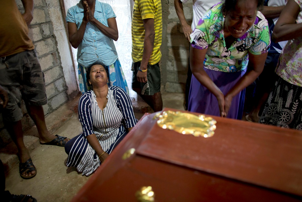 Relatives weep at the coffin with the remains of 12-year Sneha Savindi, who was a victim of Easter Sunday bomb blast at St. Sebastian Church reach home, Monday, April 22, 2019 in Negambo, Sri Lanka. Easter Sunday bombings of churches, luxury hotels and other sites was Sri Lanka's deadliest violence since a devastating civil war in the South Asian island nation ended a decade ago. (AP Photo/Gemunu Amarasinghe=Newsis)