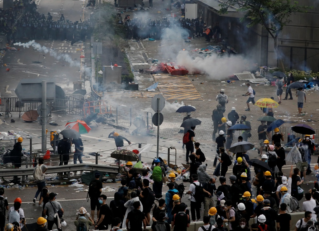 Riot police fire tear gas to protesters outside the Legislative Council in Hong Kong, Wednesday, June 12, 2019. Hundreds of protesters have blocked access to Hong Kong's legislature and government headquarters in a bid to block debate on a highly controversial extradition bill that would allow accused people to be sent to China for trial. (AP Photo/Vincent Yu=Newsis)