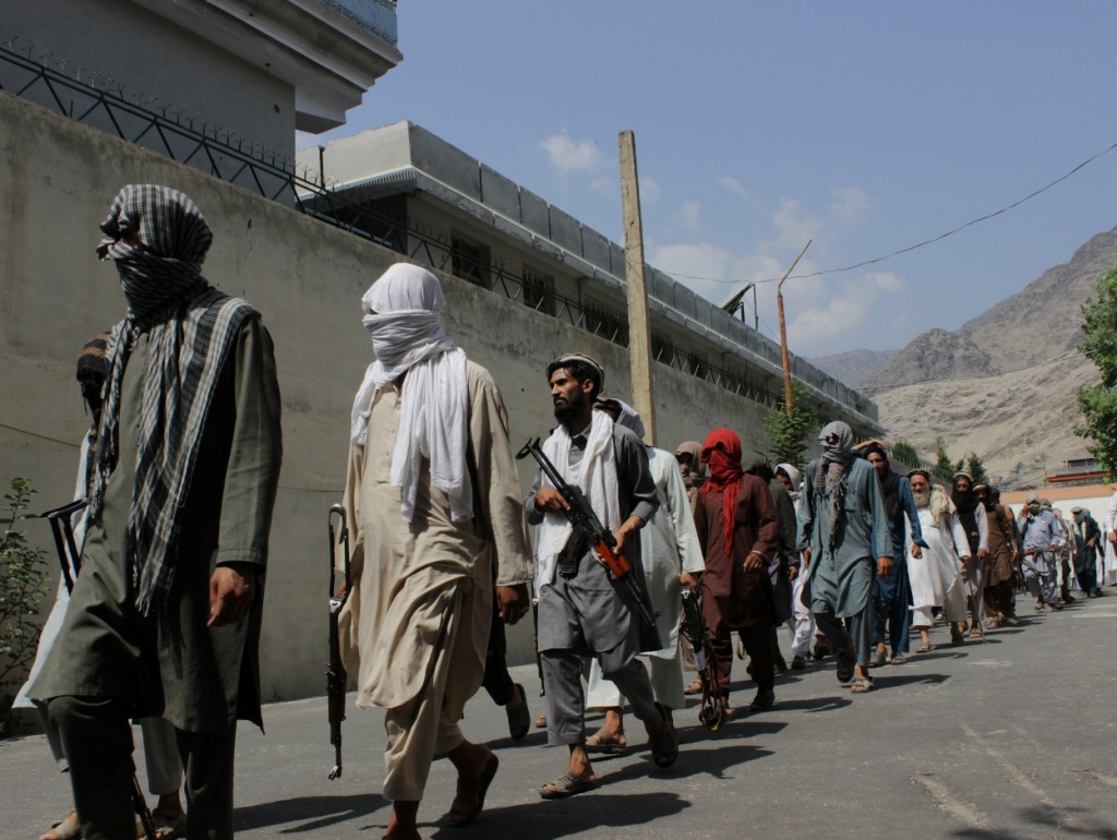(190905) --  KUNAR, Sept. 5, 2019 (Xinhua) -- Taliban militants and Islamic State fighters go to a surrender ceremony in Kunar province, Afghanistan, Sept. 4, 2019. As many as 150 militants surrendered to the government in Afghanistan's eastern Kunar province on Wednesday, the deputy provincial governor said. (Photo by Emran Waak/Xinhua=Newsis)