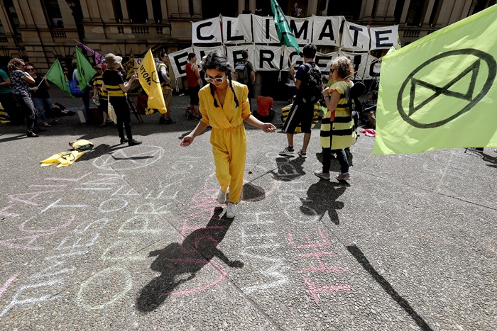 Climate change protestors from the Extinction Rebellion movement gather to demonstrate at Town Hall in Sydney, Tuesday, Oct. 8, 2019. In a series of protests also including Australian cities of Melbourne, Brisbane and Perth, protestors are demanding much more urgent action against climate change. (AP Photo/Rick Rycroft=Newsis)