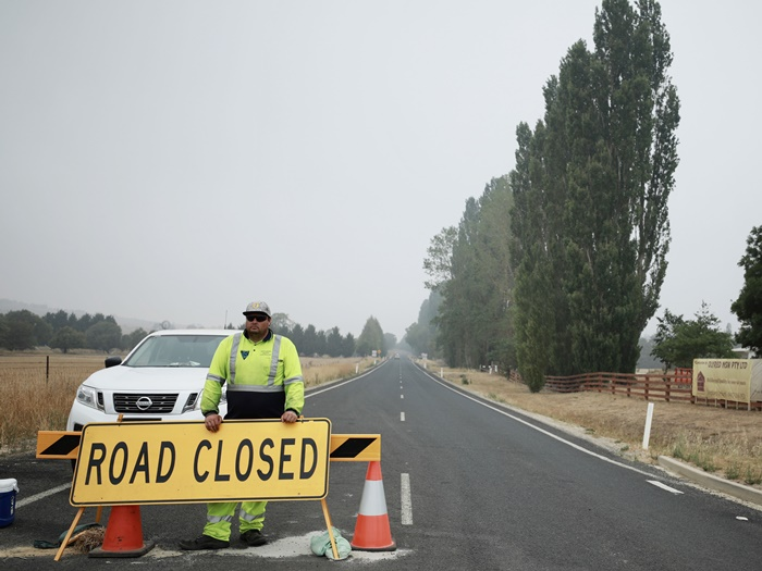 "(200110) -- CANBERRA, Jan. 10, 2020 (Xinhua) -- The road from Braidwood to Batemans Bay is blocked in Braidwood in the southeast of Australia, Jan. 8, 2020. If without the bushfires, Braidwood in the southeast of Australia would have been busy at this time of the year, greeting tourists going to the beach of Batemans Bay.     But the bushfires on New Year's Eve that had burned down houses and stranded holidaymakers in the tourism destination 45 kilometers away not only took a toll on local economy, but also cast a shadow over people's life there.     TO GO WITH: ""Feature: Worries, wishes of a town close to bushfires"" (Photo by Chu Chen/Xinhua=Newsis)"
