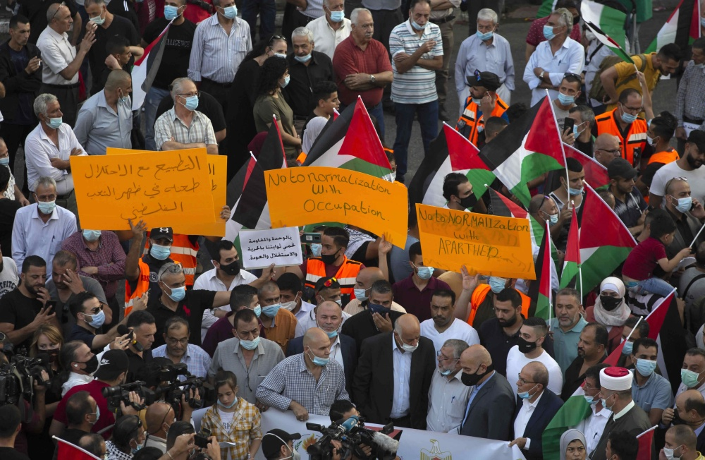 Palestinians wave national flags during a protest against normalization ties between the United Arab Emirates and Bahrain with the Israel, in the West Bank city of Ramallah, Tuesday, Sept. 15, 2020. Israel is set to sign agreements with the UAE and Bahrain at the White House on Tuesday. (AP Photo/Majdi Mohammed=Newsis)