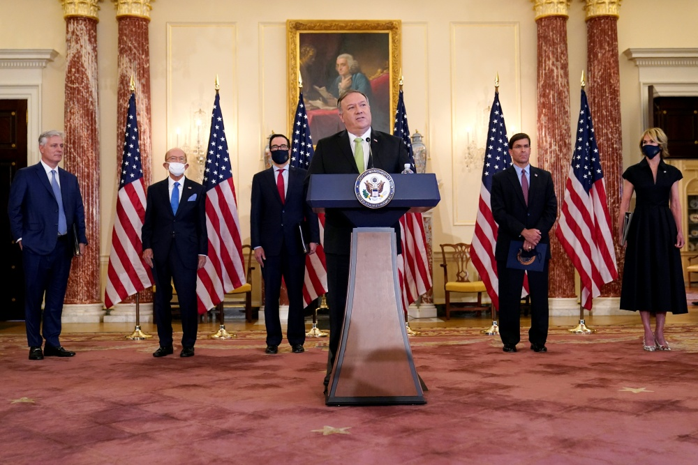 Secretary of State Mike Pompeo speaks during a news conference to announce the Trump administration's restoration of sanctions on Iran, Monday, Sept. 21, 2020, at the U.S. State Department in Washington. Standing behind Pompeo are National security adviser Robert O'Brien, from left, Commerce Secretary Wilbur Ross, Treasury Secretary Steve Mnuchin, Defense Secretary Mark Esper and U.S. Ambassador to the United Nations Kelly Craft. (AP Photo/Patrick Semansky=Newsis)